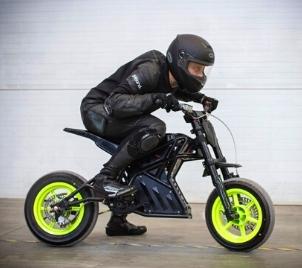 Kurz jízdy na elektrické motorce v Praze
