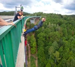 Bungee jumping z mostu v Chomutově