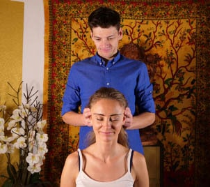 Speciální tlaková masáž pro rychlé odstranění bolesti hlavy